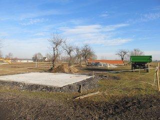 Budoucí stanice adlibitního příkrmu senem za jízdárnou